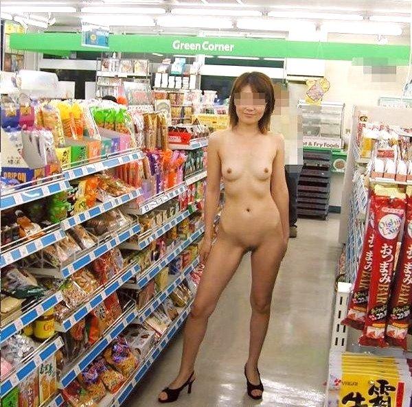 客も店員もいるのに脱衣しちゃう素人さん (16)
