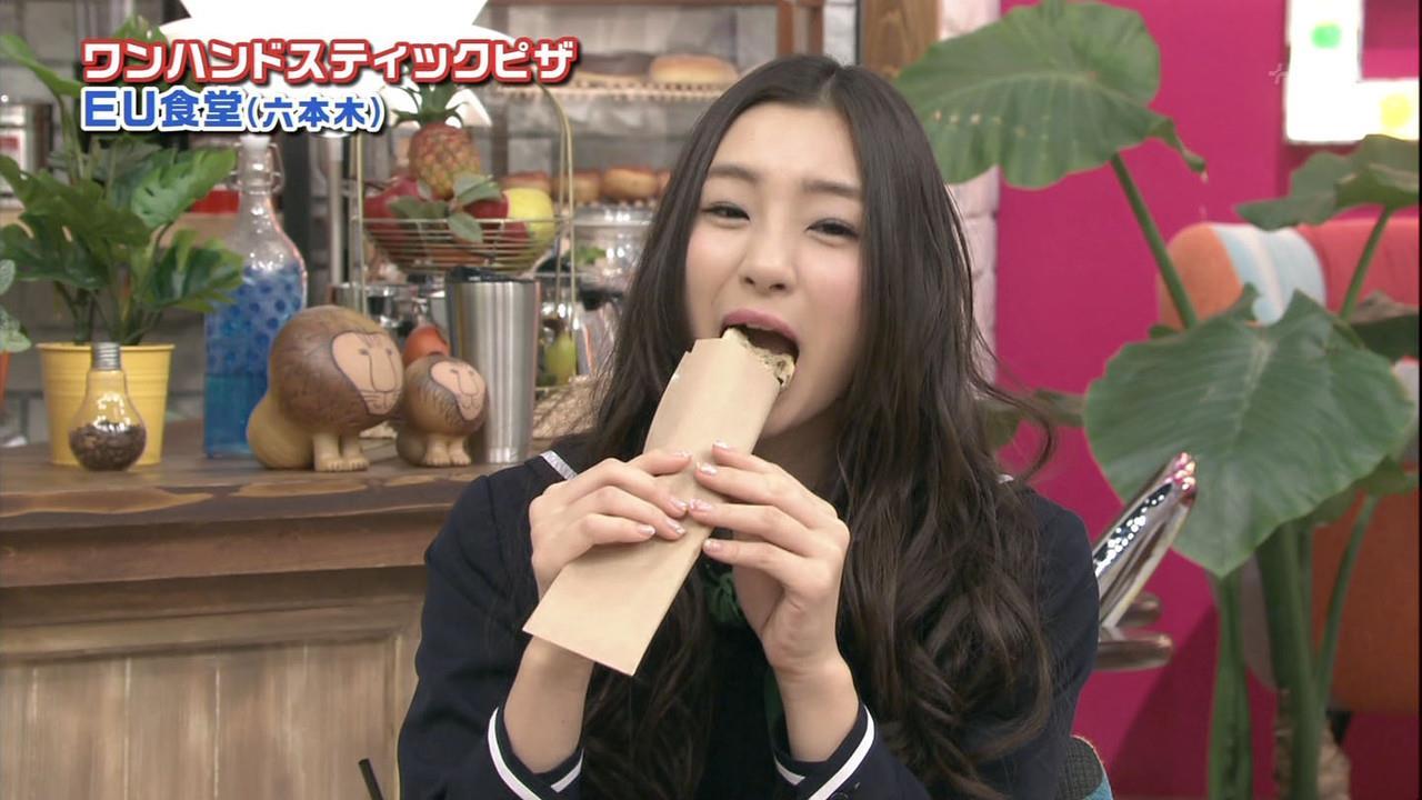 テレビで食べるシーンはフェラチオそのもの (9)