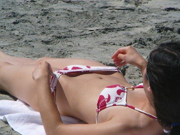 水着から乳首やケツが見えてる (17)