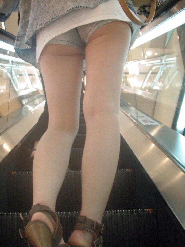ショートパンツからケツや生足が見えてる (14)