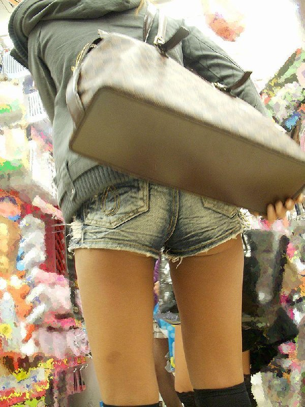 ショートパンツからケツや生足が見えてる (15)