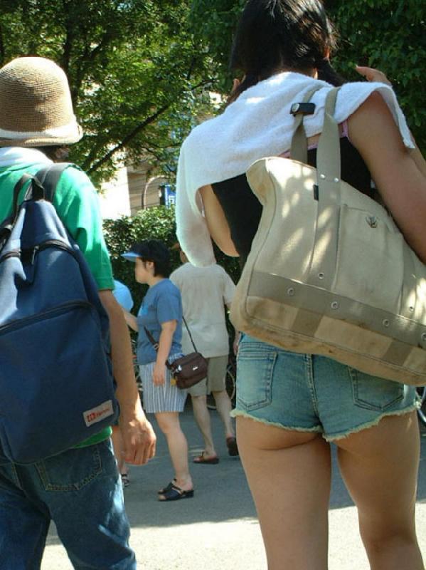 ショートパンツからケツや生足が見えてる (7)
