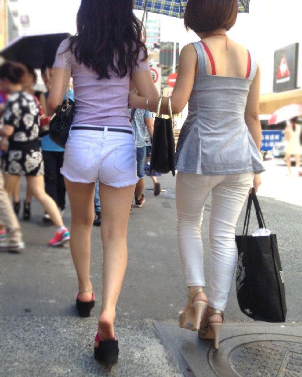 ショートパンツからケツや生足が見えてる (11)