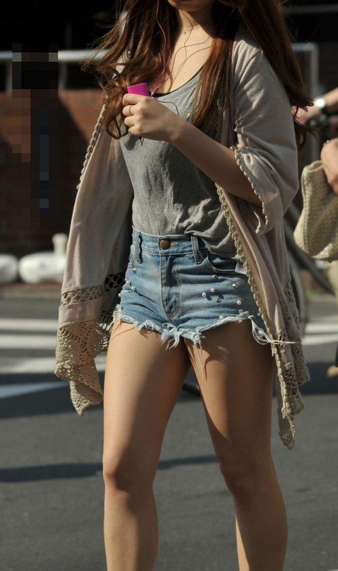 ショートパンツからケツや生足が見えてる (3)