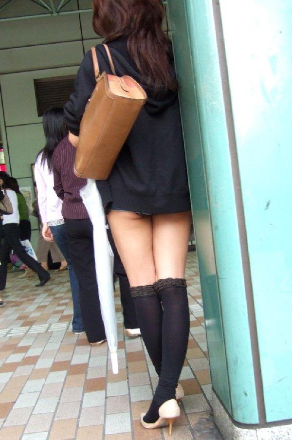 ショートパンツからケツや生足が見えてる (10)