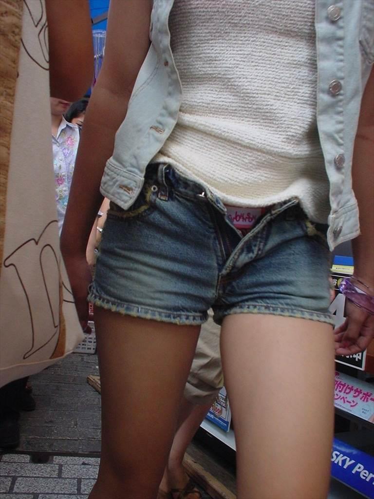 ショートパンツからケツや生足が見えてる (8)