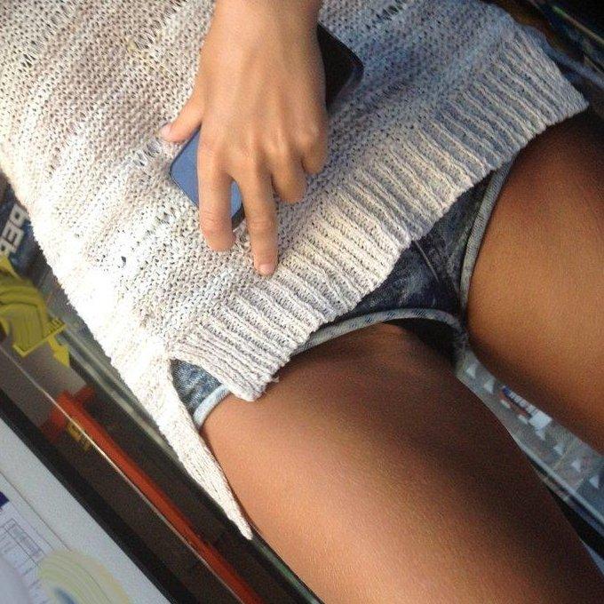 ショートパンツからケツや生足が見えてる (1)