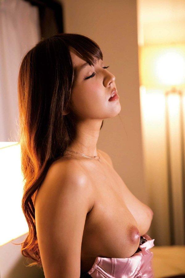 デカい乳房なのに垂れないなんて羨ましい (12)