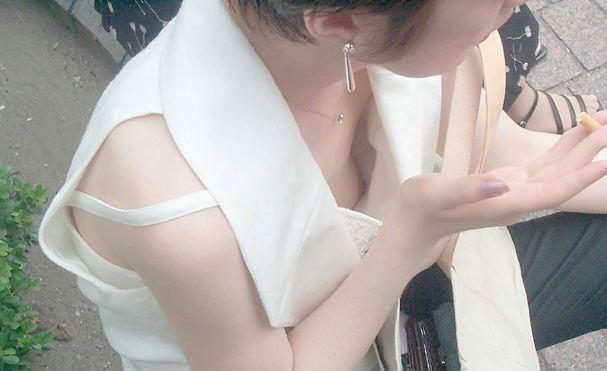 乳頭の先までバッチリ覗けちゃう女の子 (12)
