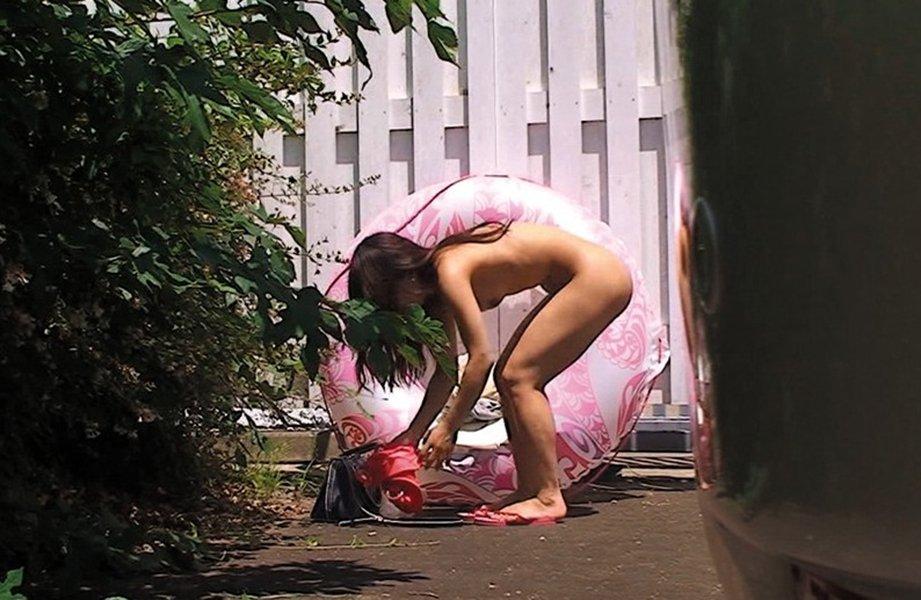 草むらに隠れて服を脱いでる女の子を見つけた (17)