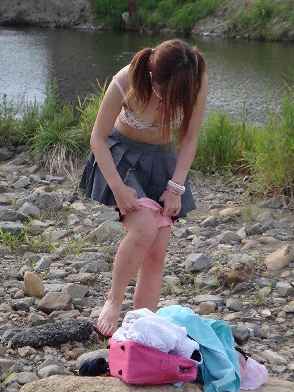 草むらに隠れて服を脱いでる女の子を見つけた (15)