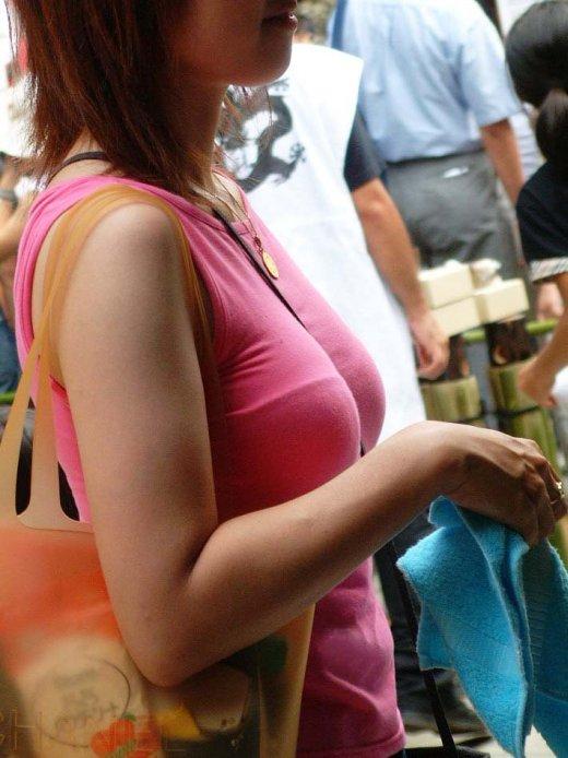 ベルトが谷間に食い込んで乳房がデカく見える (17)