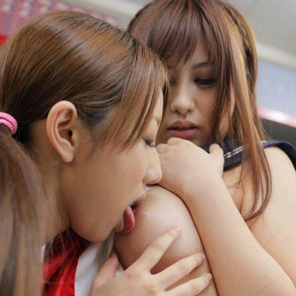 乳首を舐め回されちゃう女の子 (1)