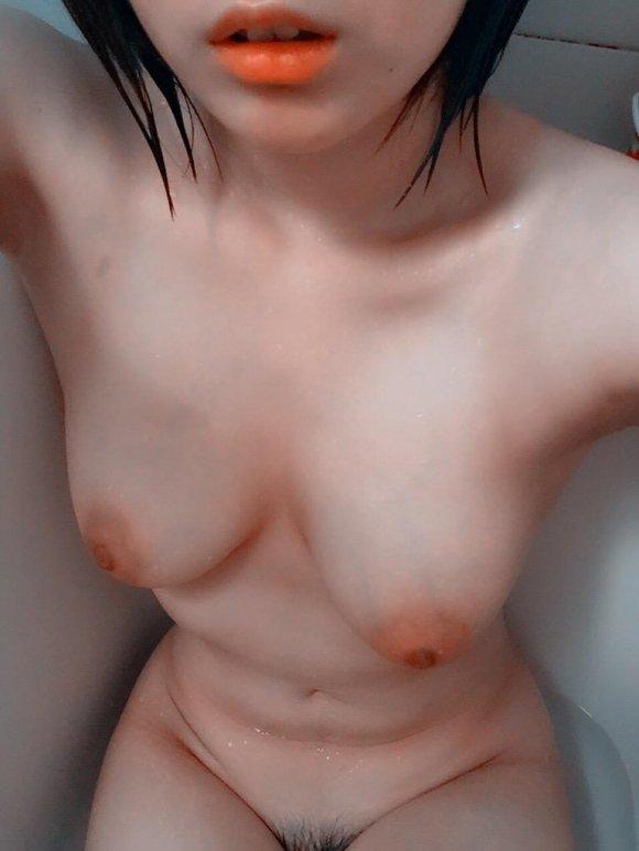 自分の美乳を見せたくて自撮りしちゃった素人さん (16)