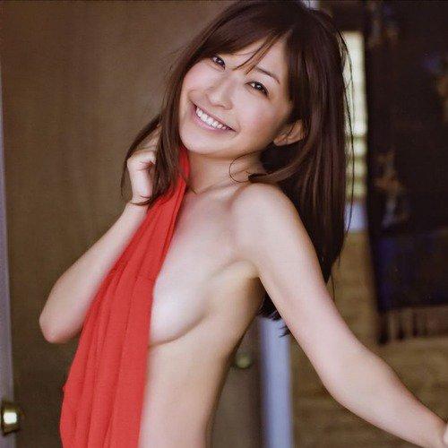 横から乳房がハミ出ているグラビアアイドル (1)