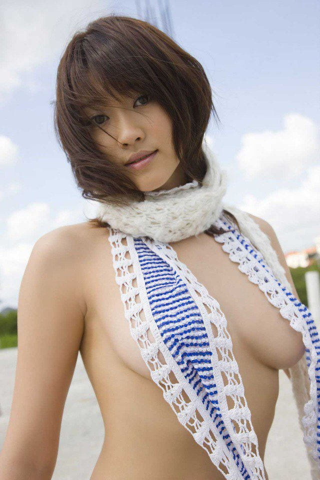 横から乳房がハミ出ているグラビアアイドル (4)