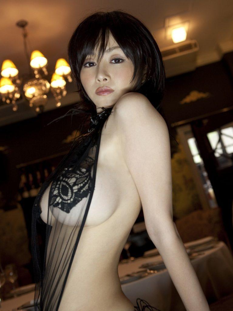 横から乳房がハミ出ているグラビアアイドル (19)