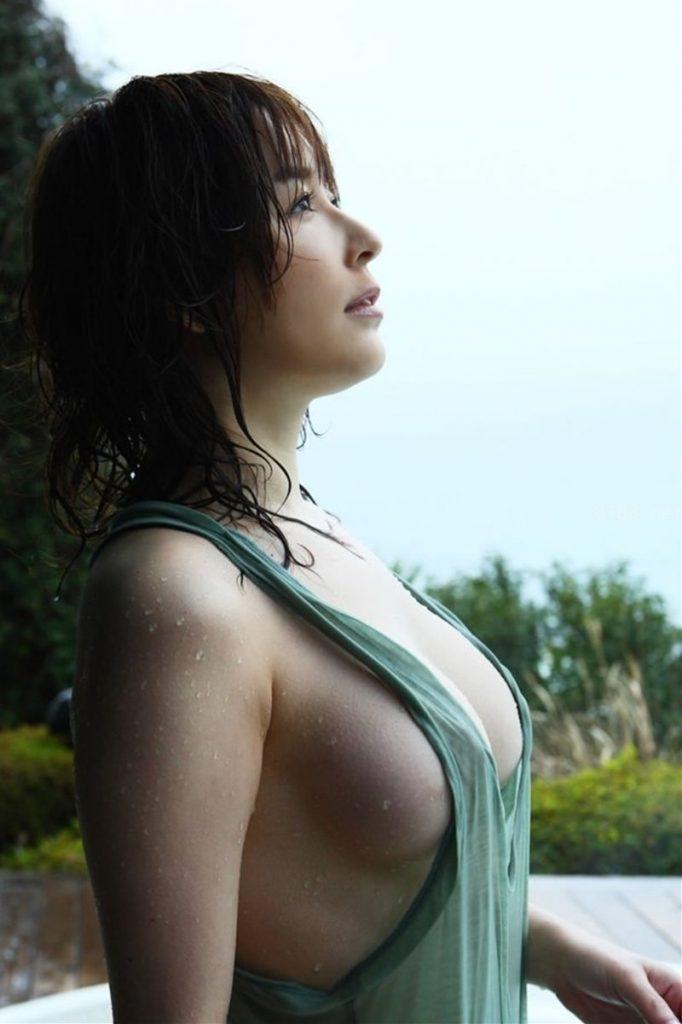 横から乳房がハミ出ているグラビアアイドル (5)