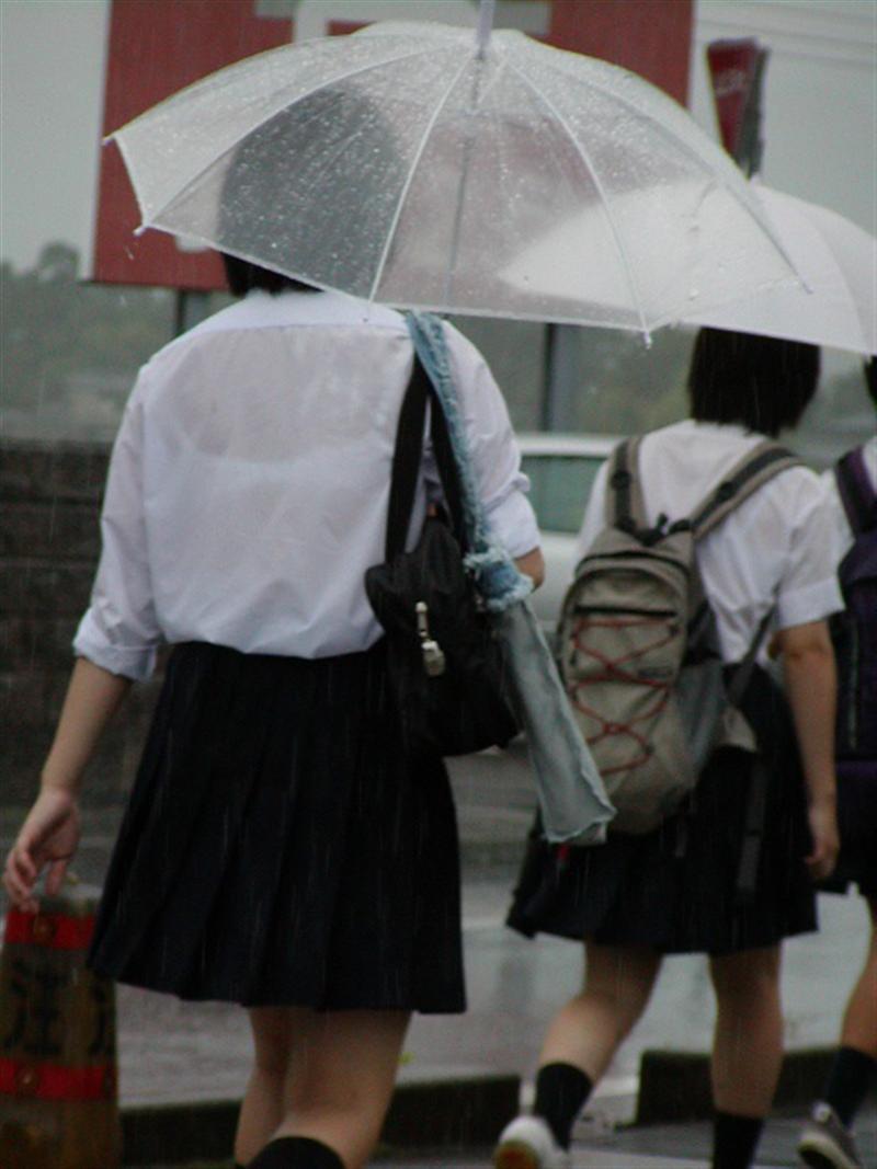 女子高生の背中から下着が透けてる (3)