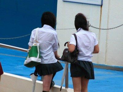 女子高生の背中から下着が透けてる (11)