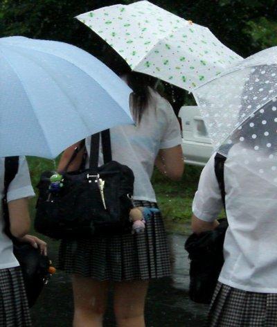 女子高生の背中から下着が透けてる (13)
