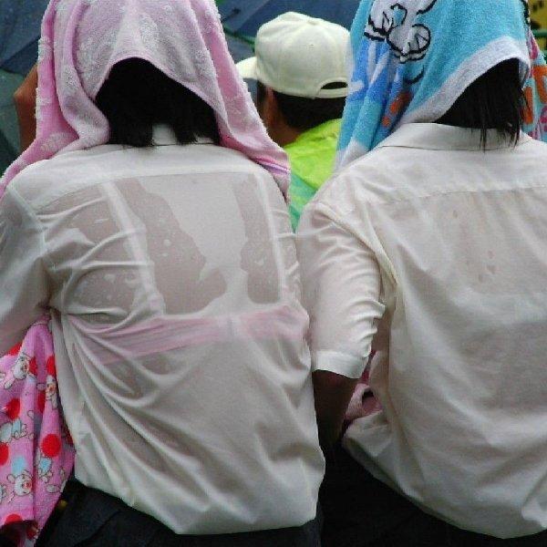 女子高生の背中から下着が透けてる (1)