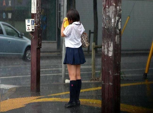 女子高生の背中から下着が透けてる (4)
