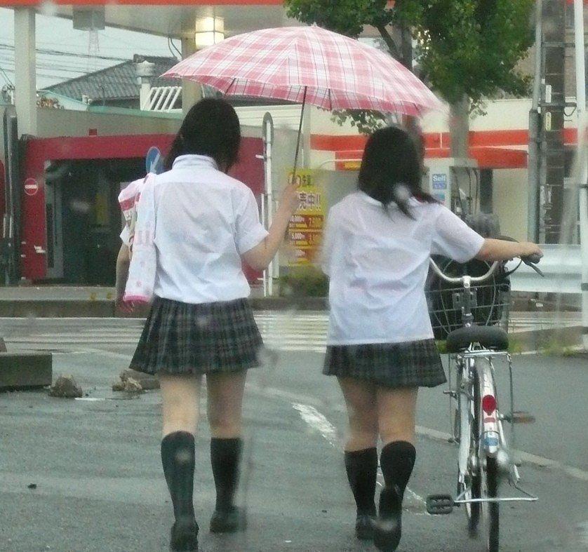 女子高生の背中から下着が透けてる (5)