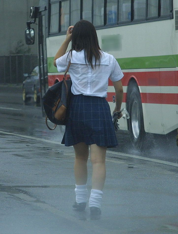 女子高生の背中から下着が透けてる (9)