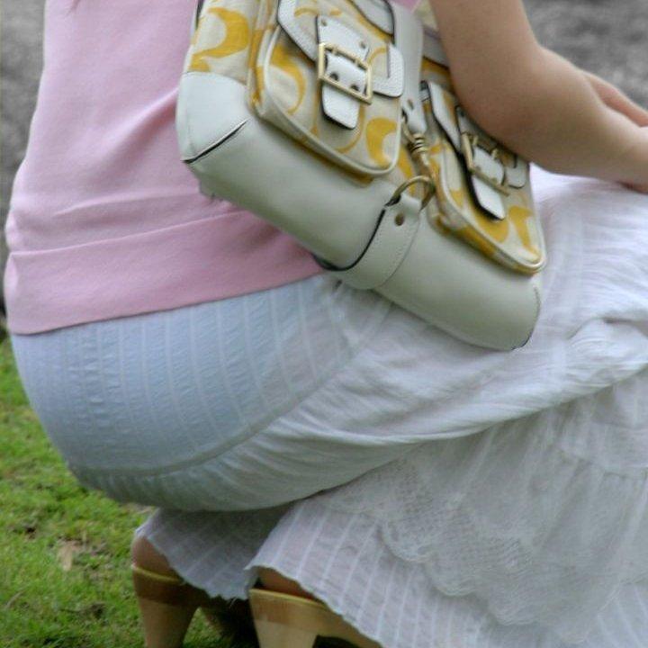 【H,エロ画像】おしり付近からパンツが透けて見えている、スケスケシロウト女性たち