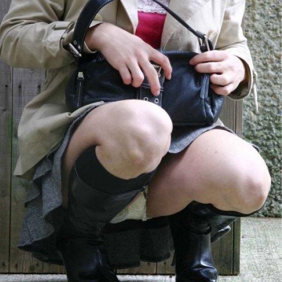 座った姿勢から下着が丸見えの女の子 (1)