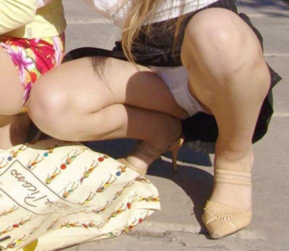 座った姿勢から下着が丸見えの女の子 (9)