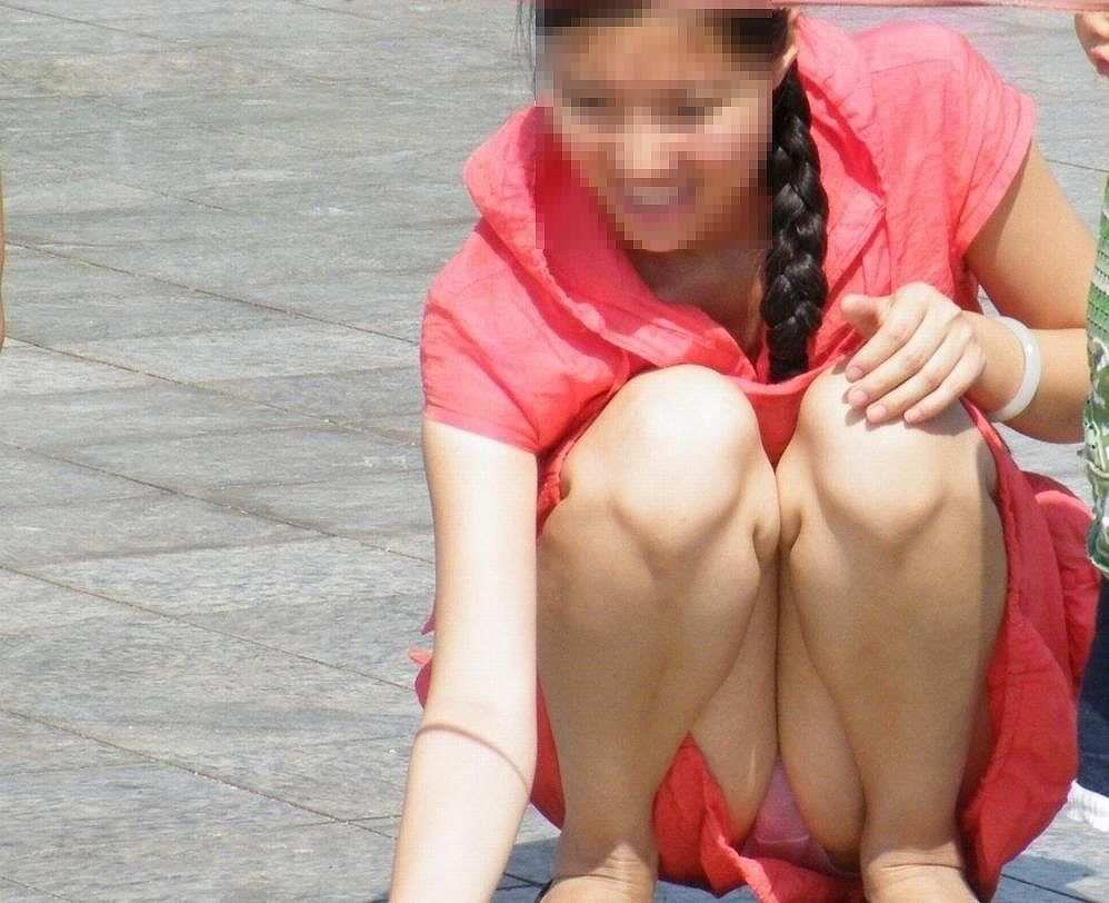 座った姿勢から下着が丸見えの女の子 (2)