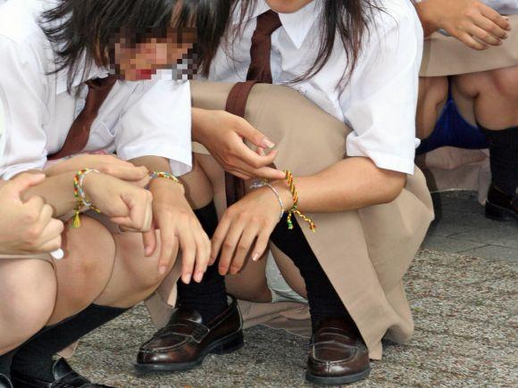 座った姿勢から下着が丸見えの女の子 (4)