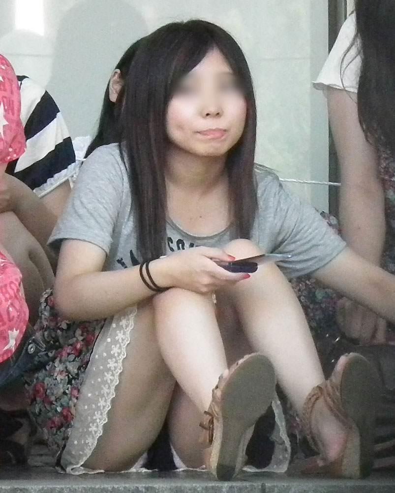 座った姿勢から下着が丸見えの女の子 (5)