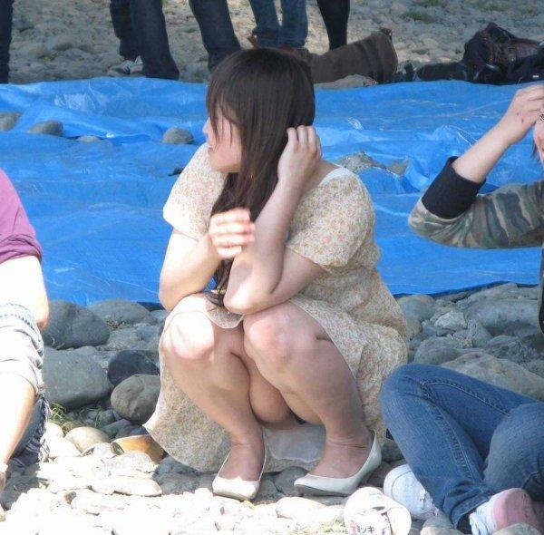 座った姿勢から下着が丸見えの女の子 (10)