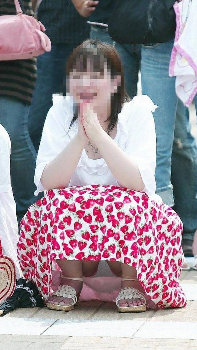 座った姿勢から下着が丸見えの女の子 (13)
