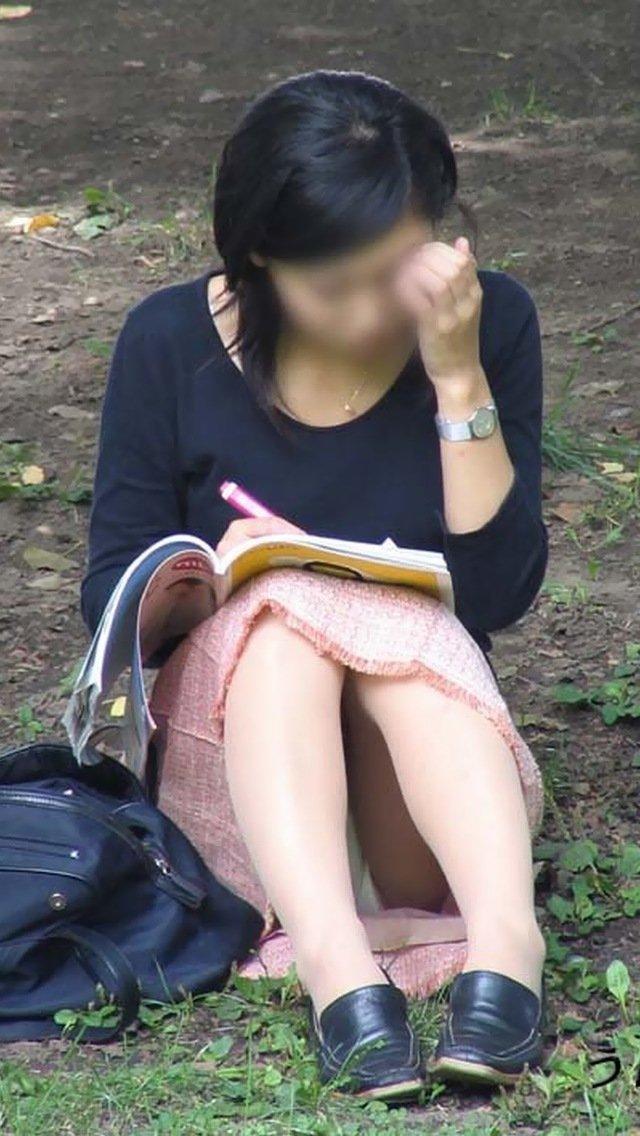 座った姿勢から下着が丸見えの女の子 (12)