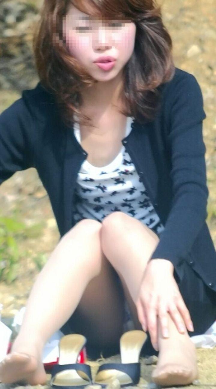 座った姿勢から下着が丸見えの女の子 (8)