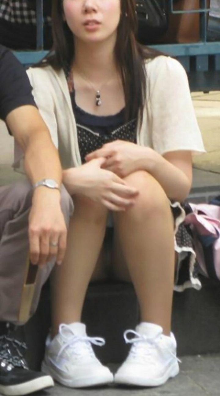 座った姿勢から下着が丸見えの女の子 (3)