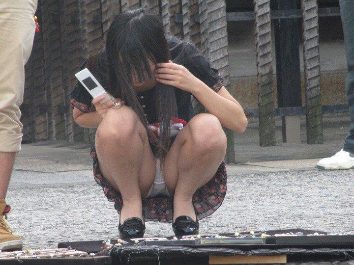 座った姿勢から下着が丸見えの女の子 (15)