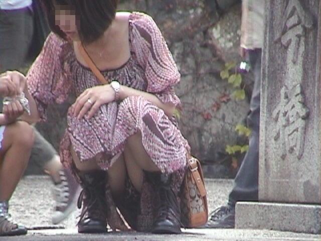 股間の付近から下着が見えまくりな女の子 (7)