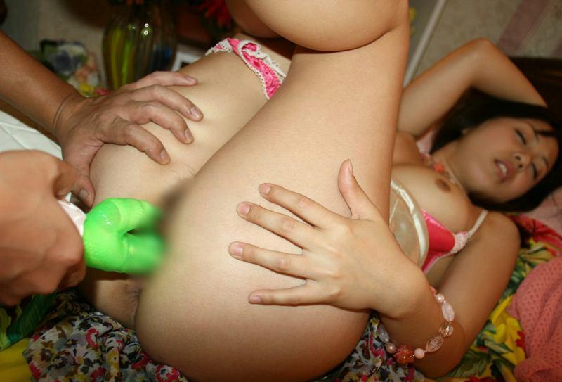 バイブレーターを股間に挿入される女の子 (3)