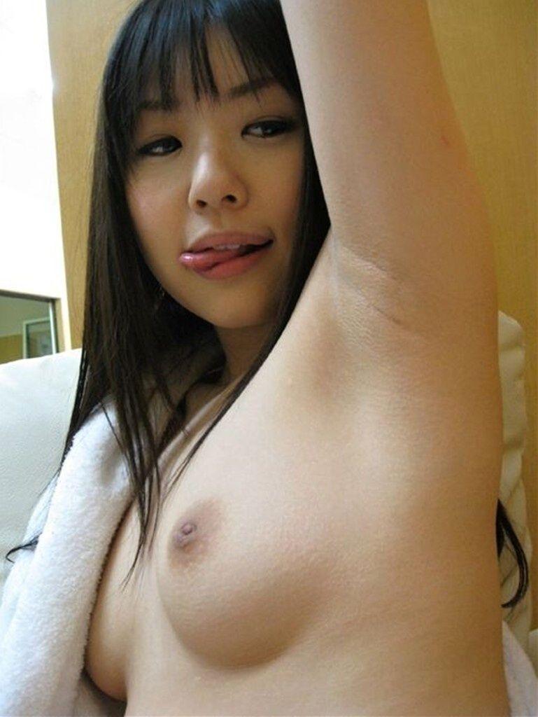 腋の下と乳房を舐めたくなる (19)