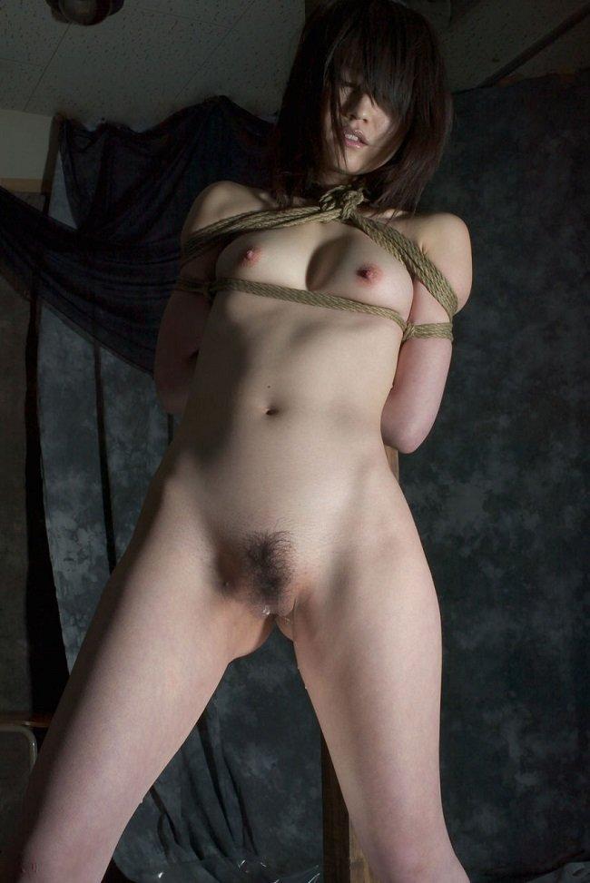 縄で縛られた裸の女の子 (17)