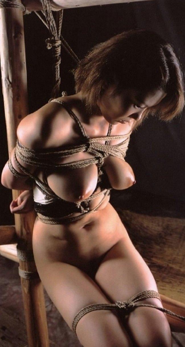 縄で縛られた裸の女の子 (15)