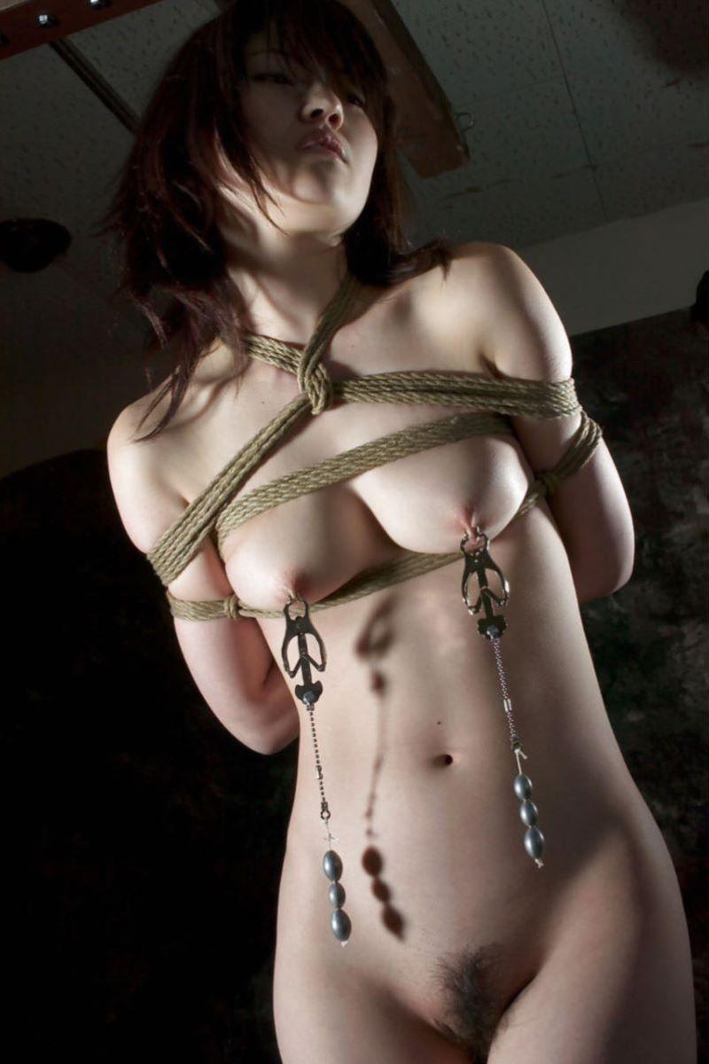 縄で縛られた裸の女の子 (18)