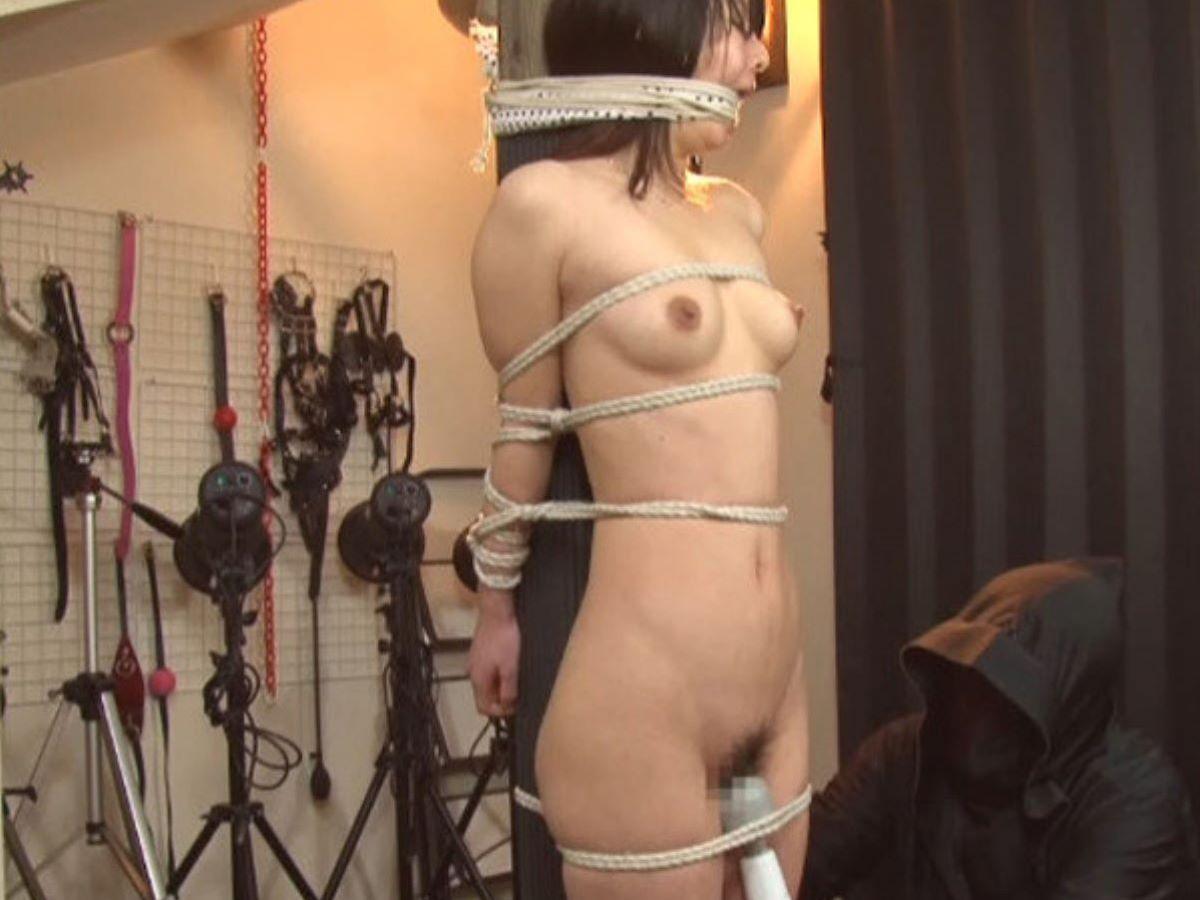 縄で縛られた裸の女の子 (8)