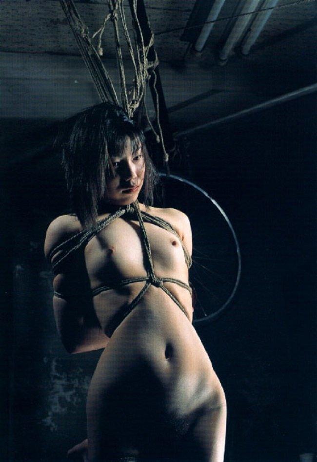 縄で縛られた裸の女の子 (14)