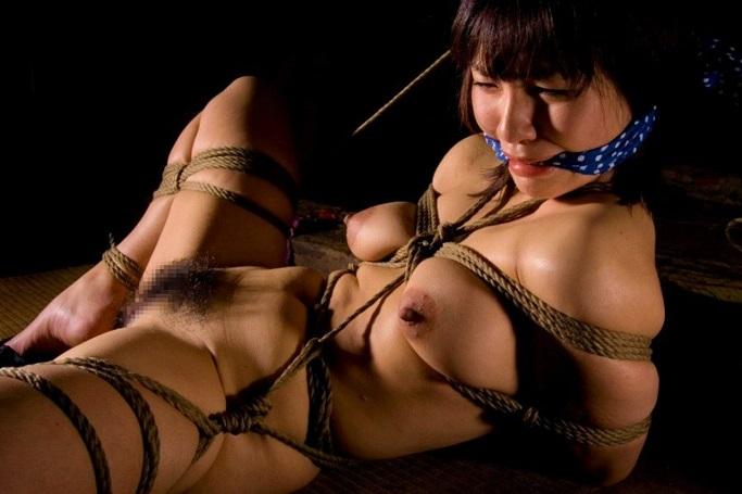 縄で縛られた裸の女の子 (7)